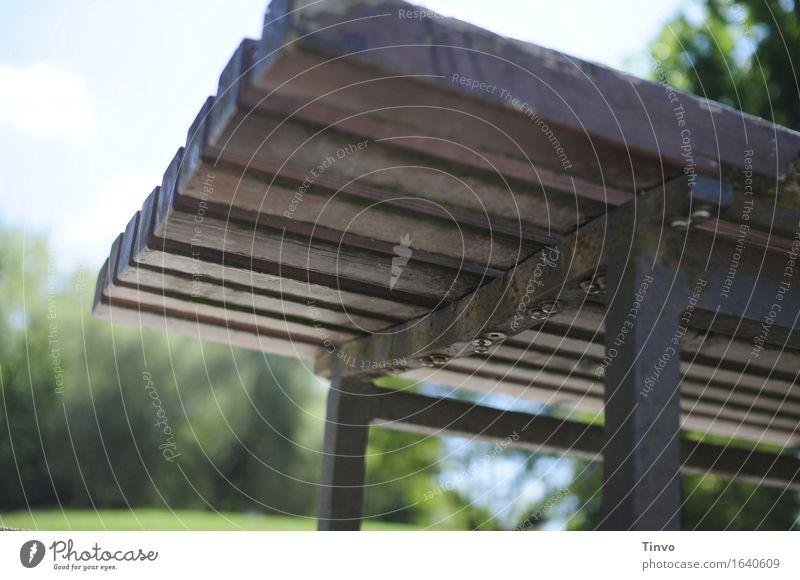 Parkbank Ansicht von unten Holz grau Metall authentisch Pause Bank Sitzgelegenheit Holzleiste Gartenbank