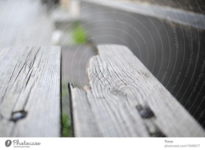 broken alt Holz grau Tisch kaputt Bank verwittert Patina morsch