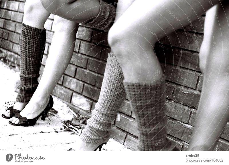 am Mauerpark Mensch Frau Jugendliche weiß schön Sonne schwarz Erwachsene feminin Wand Leben grau Menschengruppe Mauer Beine Mode