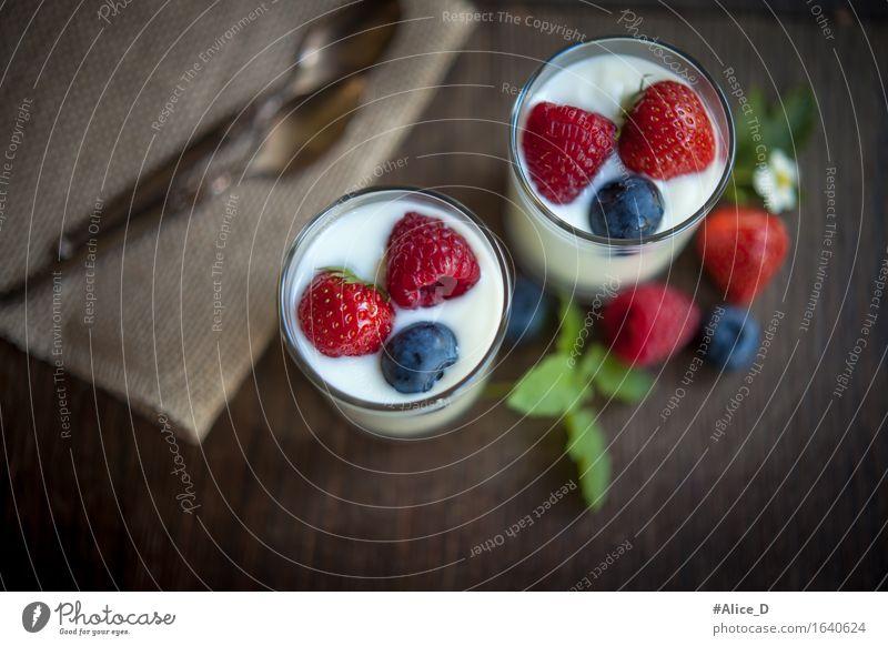 Dessert oder Frühstück aus Natürlichen zutaten Lebensmittel Joghurt Milcherzeugnisse Frucht Ernährung Bioprodukte Vegetarische Ernährung Diät Beeren Himbeeren