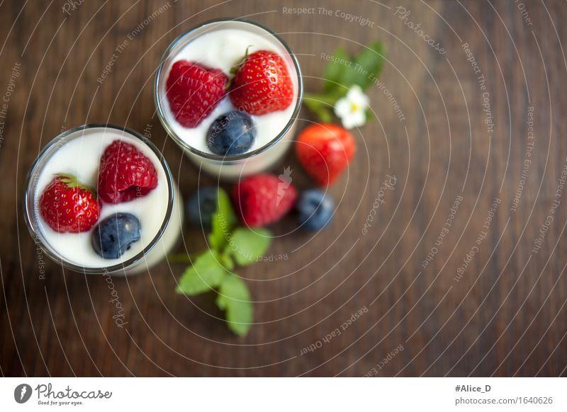 Naturjoghurt mit frischen Beeren Lebensmittel Joghurt Milcherzeugnisse Frucht Dessert Ernährung Frühstück Bioprodukte Vegetarische Ernährung Diät Becher Glas