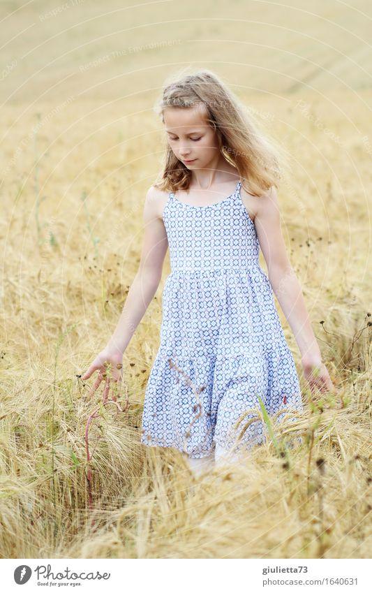 summer feeling Freizeit & Hobby feminin Kind Mädchen Kindheit 1 Mensch 8-13 Jahre Sommer Feld Kleid blond langhaarig berühren Denken gehen träumen schön