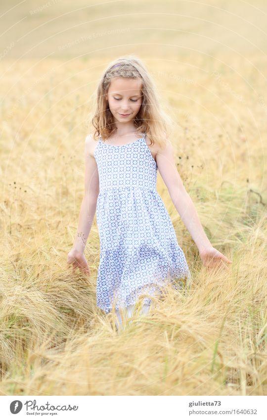 summer feeling ||| feminin Kind Mädchen Kindheit 1 Mensch 8-13 Jahre Sommer Feld Getreidefeld Kornfeld Kleid blond langhaarig berühren Denken gehen Lächeln