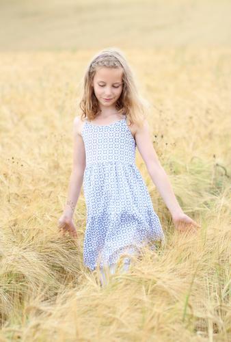 summer feeling ||| Mensch Kind Ferien & Urlaub & Reisen schön Sommer Mädchen natürlich feminin Glück Denken gehen träumen Feld Idylle blond Kindheit