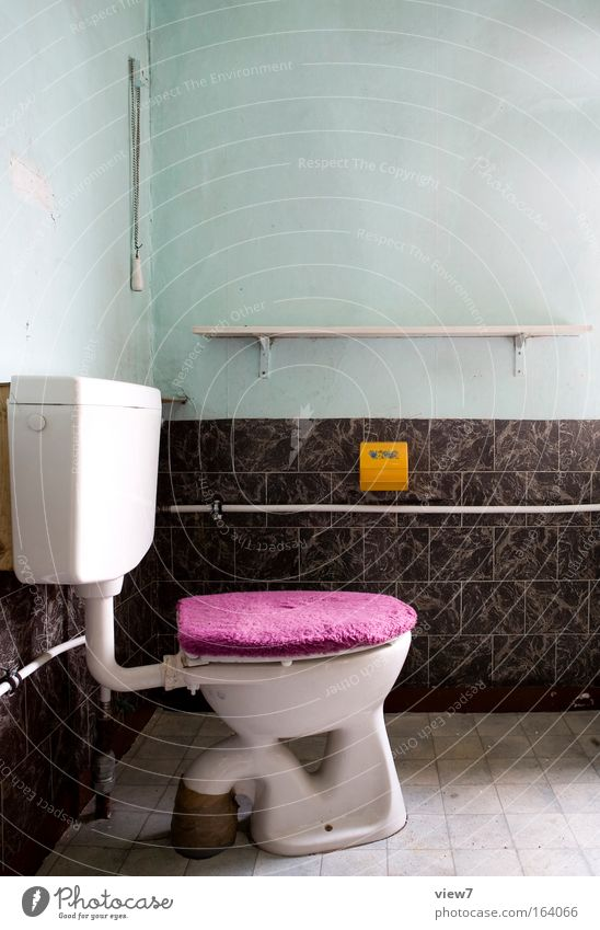 Deckelfell alt Einsamkeit gelb kalt Wand Stein Mauer Traurigkeit Innenarchitektur außergewöhnlich ästhetisch Häusliches Leben Dekoration & Verzierung retro Bad violett