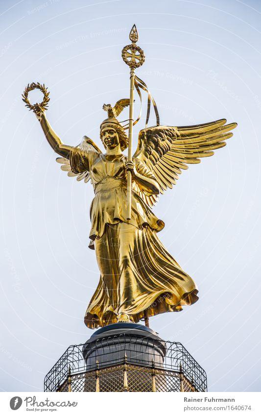 Die Viktoria auf der Berliner Siegessäule Skulptur Hauptstadt Denkmal Frieden Kraft Farbfoto Außenaufnahme Tag Goldelse glänzend 1 Blick nach unten oben