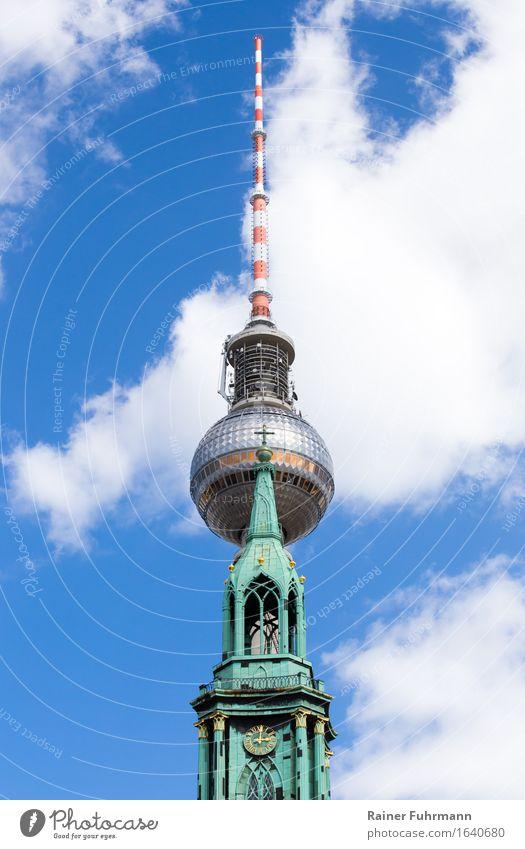 """Der Fernsehturm und die Marienkirche in Berlin """"Berlin Berlin-Mitte"""" Deutschland Europa Stadt Hauptstadt Kirche Turm Antenne Symmetrie """"Fernsehturm Telespargel"""