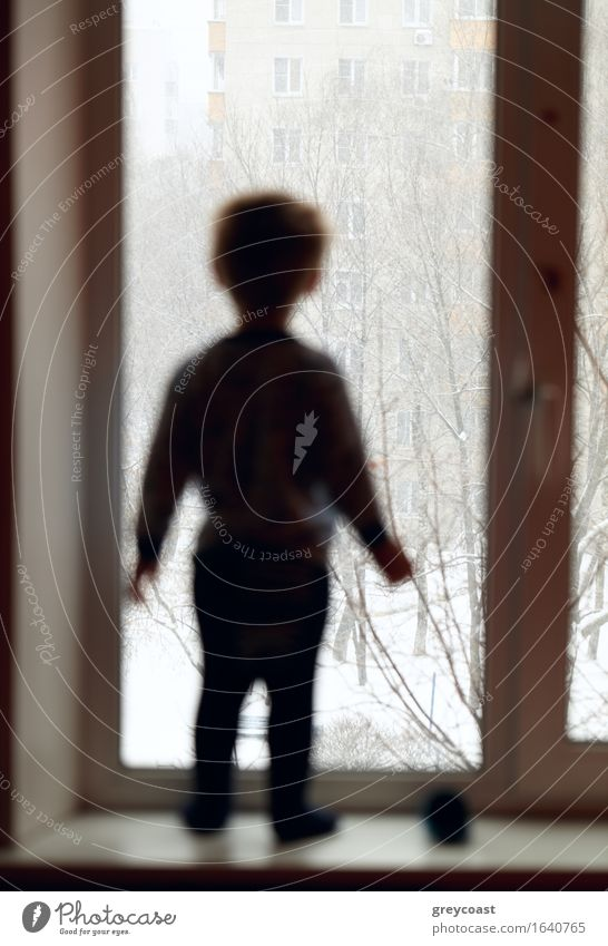 Mensch Kind weiß Einsamkeit Winter Traurigkeit Junge klein Denken träumen Wetter nachdenklich Körper Kindheit stehen Aussicht