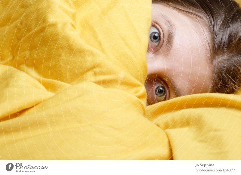 erwischt! Junge Frau Erwachsene Gesicht Augen Bettdecke Blick schön Neugier niedlich gelb Schutz Geborgenheit Müdigkeit Morgenmuffel Schüchternheit verstecken