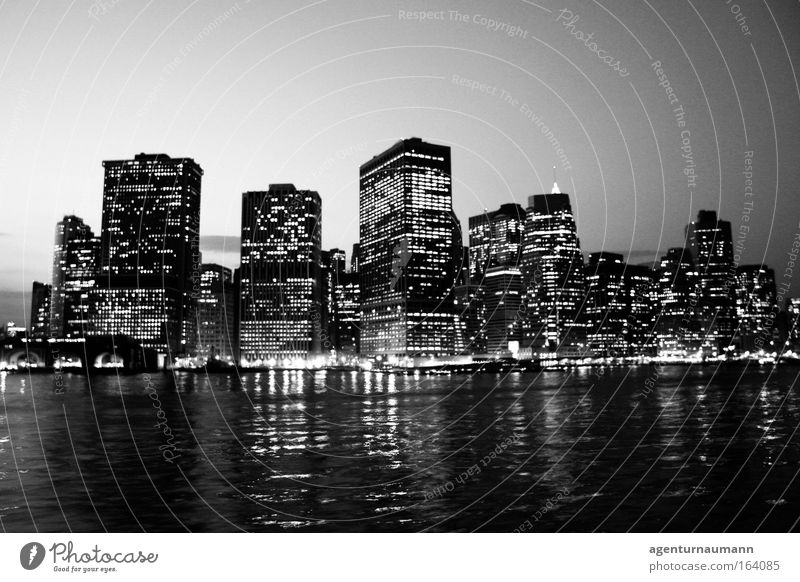 New York City Schwarzweißfoto Außenaufnahme Textfreiraum oben Textfreiraum unten Abend Dämmerung Nacht Kontrast Reflexion & Spiegelung Sonnenaufgang