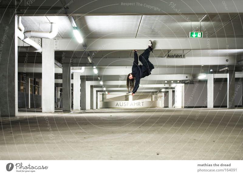 AUSFAHRT Mensch Jugendliche Stadt Erwachsene dunkel grau Kraft maskulin gefährlich 18-30 Jahre Lifestyle Klettern hängen Bergsteigen Nacht Affen