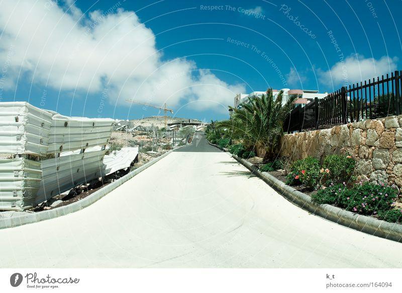 Zwei Seiten weiß Sonne grün blau Pflanze Sommer Ferien & Urlaub & Reisen Wolken Straße Wand grau Mauer Park braun planen Europa