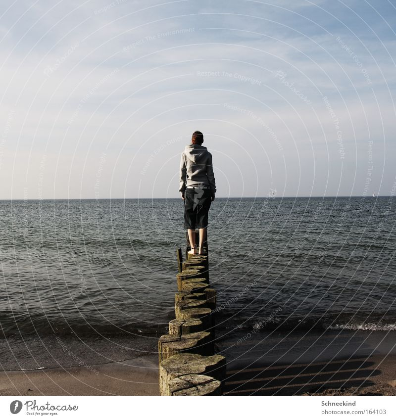 Das Ende der Welt Frau Wasser Ferien & Urlaub & Reisen Meer Sommer Strand Freude Erwachsene Ferne Erholung feminin Freiheit Haare & Frisuren Glück Küste Wellen