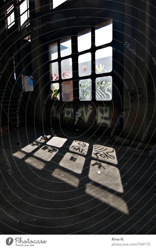 L O V E alt Freude Einsamkeit schwarz Wand Fenster Gefühle Graffiti Mauer Gebäude Kunst Glas Beton hoch Coolness Romantik