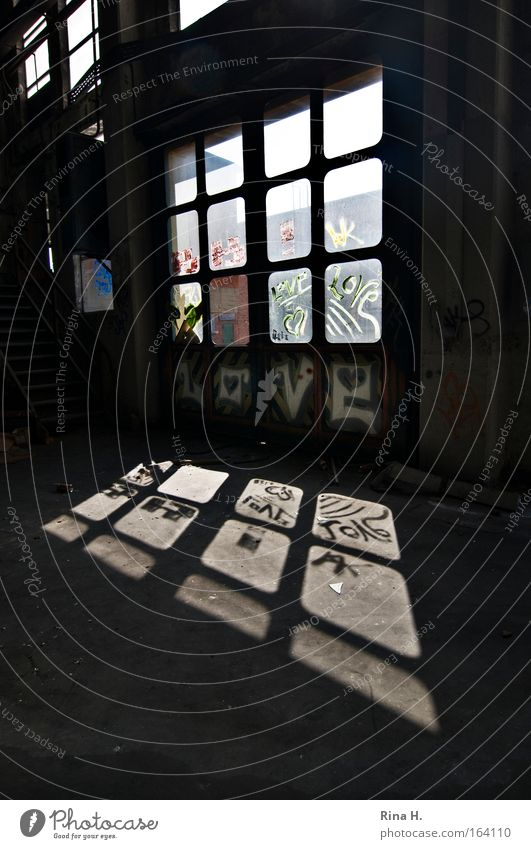 L O V E Gedeckte Farben Innenaufnahme Menschenleer Textfreiraum rechts Textfreiraum unten Tag Licht Schatten Reflexion & Spiegelung Sonnenlicht Fabrik Ruine