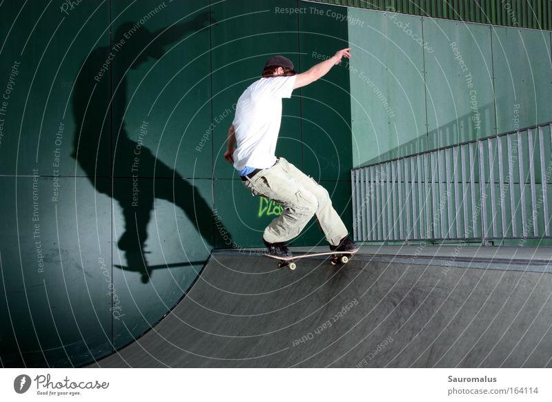 Schattenspiele Farbfoto Außenaufnahme Tag Blitzlichtaufnahme Zentralperspektive Blick nach vorn Skateboard Funsport Miniramp Halfpipe Sport