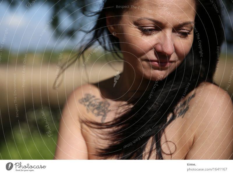 . feminin 1 Mensch Schönes Wetter Park Tattoo schwarzhaarig langhaarig beobachten Denken Blick träumen warten schön Wärme Gefühle selbstbewußt Willensstärke