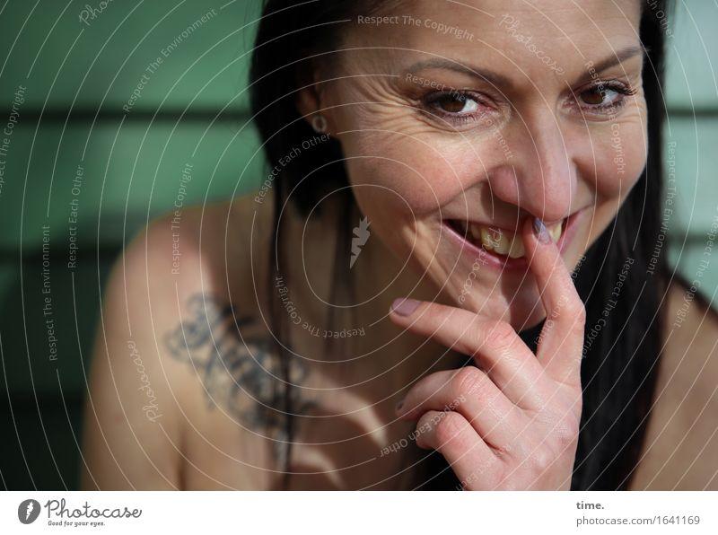close feminin 1 Mensch Tattoo schwarzhaarig langhaarig beobachten Denken Lächeln lachen Blick warten Freundlichkeit Fröhlichkeit listig Neugier positiv schön