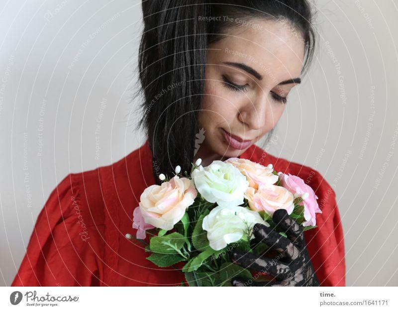 GizzyLovett feminin 1 Mensch Blume Blumenstrauß Kleid Handschuhe schwarzhaarig langhaarig Zopf festhalten träumen schön Gefühle Zufriedenheit Leidenschaft