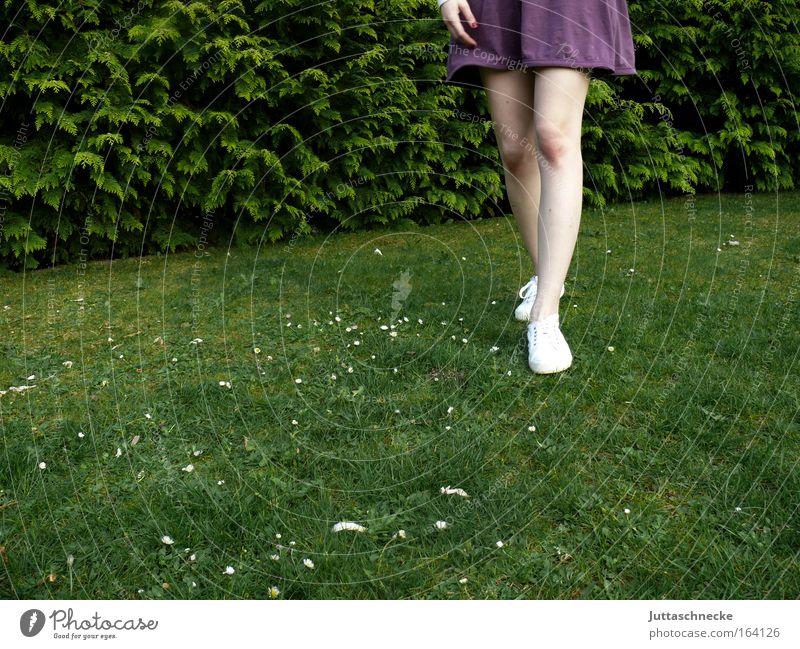 Step by Step Mensch Frau Jugendliche Sommer Erwachsene Wiese feminin Gras Frühling Garten Beine Fuß gehen Haut natürlich Junge Frau