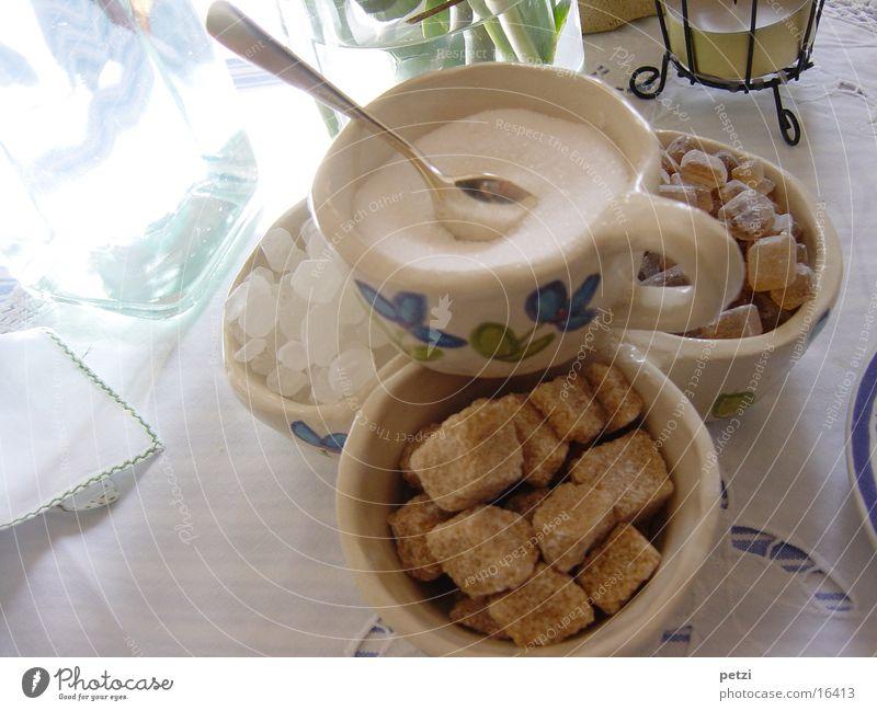 Zuckervariationen Schalen & Schüsseln Löffel Tisch süß viele braun weiß Hagelzucker Dinge Farbfoto Innenaufnahme Menschenleer Textfreiraum rechts