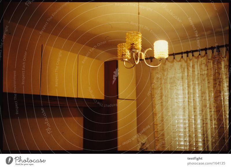 zimmer Häusliches Leben Wohnung Haus Innenarchitektur Möbel Lampe Raum Schlafzimmer Holz authentisch einfach retro Sicherheit Schutz Warmherzigkeit Ehrlichkeit