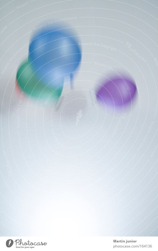 Kindergeburtstag Farbfoto mehrfarbig Innenaufnahme Nahaufnahme Menschenleer Textfreiraum unten Hintergrund neutral Tag Kunstlicht Bewegungsunschärfe