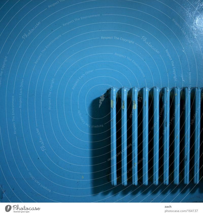 Feinripp blau alt kalt Wand Wärme Fassade Energiewirtschaft Feuer verfallen heiß Verfall Ruine Heizkörper Renovieren Heizung heizen