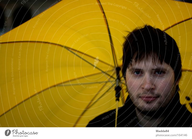 Unter dem Regenschirm Mensch Mann schwarz Erwachsene gelb kalt Kopf Freizeit & Hobby rosa nass maskulin Fröhlichkeit Hoffnung 18-30 Jahre Schutz
