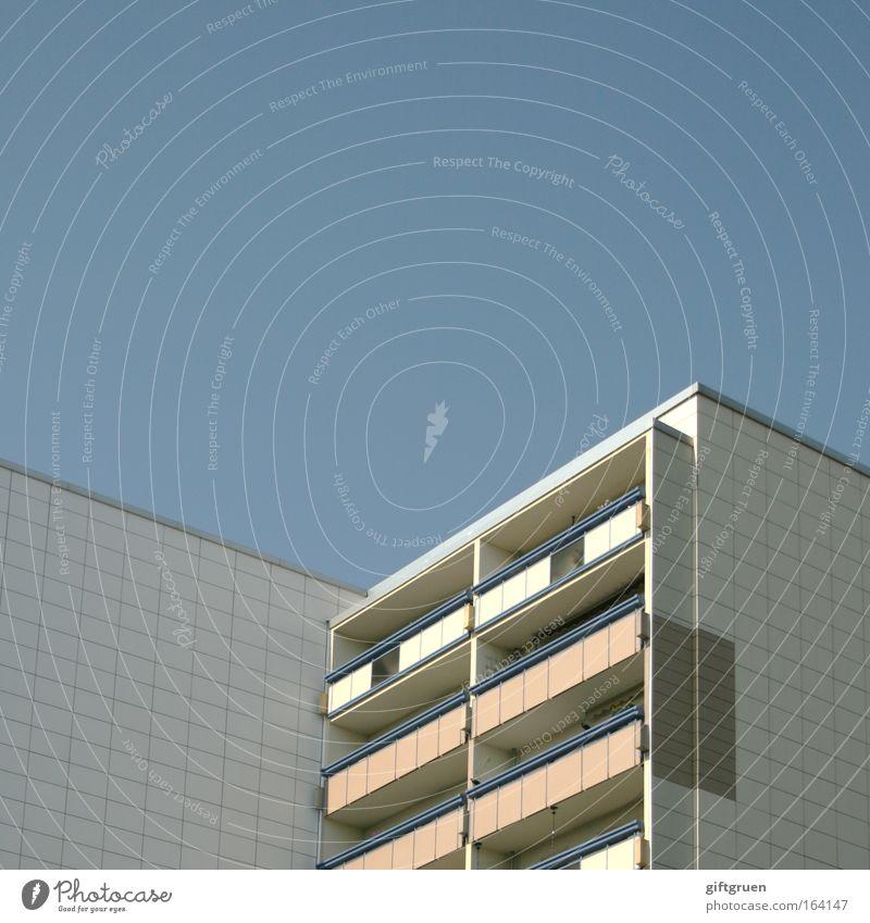 living in a box Farbfoto Außenaufnahme Menschenleer Textfreiraum oben Stadt Haus Hochhaus Bauwerk Gebäude Architektur Plattenbau Mauer Wand Fassade Balkon