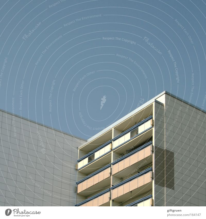 living in a box weiß blau Stadt Haus Wand Mauer Gebäude Architektur Hochhaus hoch Fassade modern Häusliches Leben Kasten Balkon