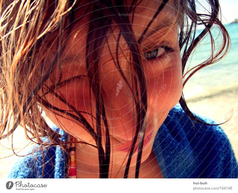 Aus dem Meer gefischt Farbfoto mehrfarbig Außenaufnahme Nahaufnahme Tag Kontrast Porträt Vorderansicht Blick Blick in die Kamera Blick nach vorn Zwinkern Stil
