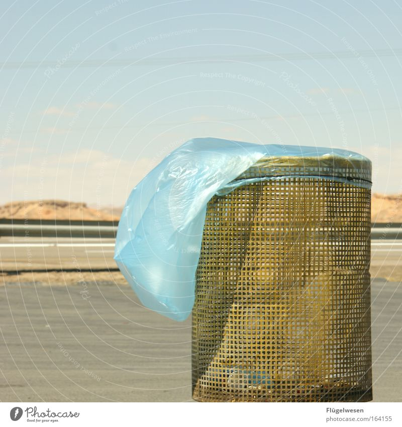 Papierkorb in der Steppe sehnt sich nach Abfall Ferien & Urlaub & Reisen Sommer Ferne Straße Landschaft Freiheit Berge u. Gebirge Sand Metall Erde Freizeit & Hobby Wind Felsen warten Ausflug Güterverkehr & Logistik
