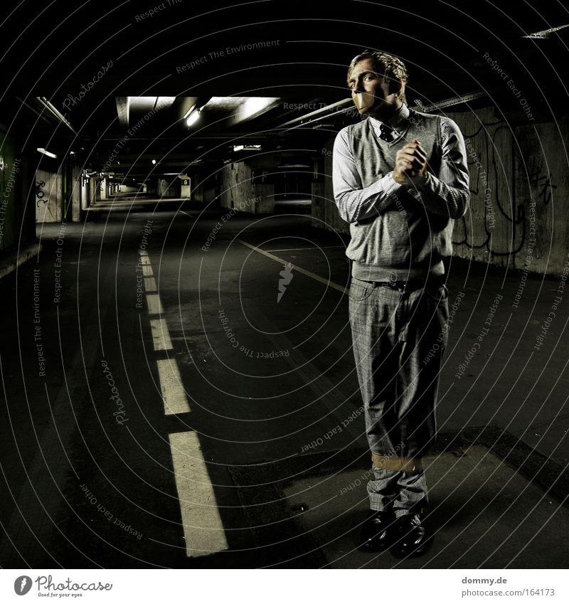 hostage Farbfoto Gedeckte Farben Innenaufnahme Experiment Textfreiraum links Kunstlicht Licht Schatten Zentralperspektive Ganzkörperaufnahme Blick nach vorn