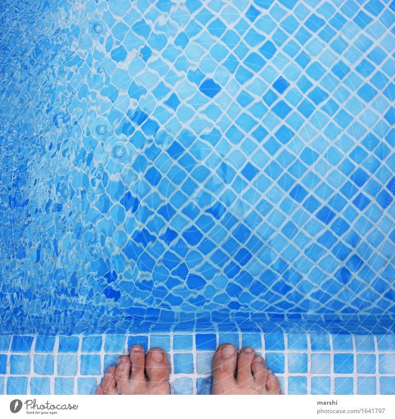 plantschen gehen Freizeit & Hobby Mensch Fuß 1 Stimmung Zehen Schwimmbad Schwimmen & Baden kühlen Schwimmsport Wasser Wasseroberfläche blau kalt