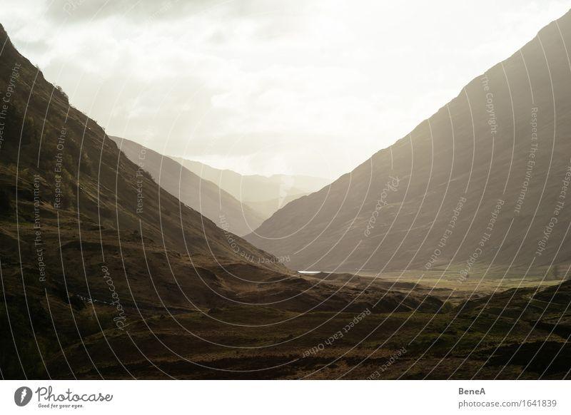 Glencoe Natur Ferien & Urlaub & Reisen schön Sonne Landschaft Einsamkeit Ferne Berge u. Gebirge Umwelt Gras natürlich Freiheit Felsen Horizont leuchten Europa