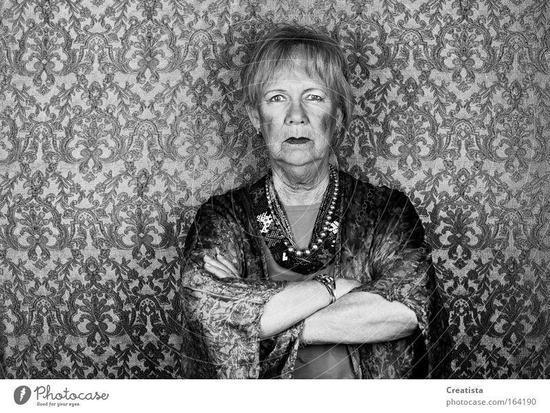 Skeptische Seniorin Schwarzweißfoto Studioaufnahme Oberkörper Blick Blick in die Kamera Blick nach vorn Mensch feminin Weiblicher Senior Frau Gesicht Arme 1
