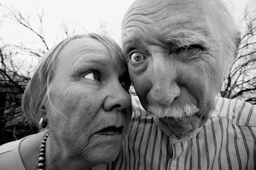 Verrückter Mann und verrückte Frau Schwarzweißfoto Außenaufnahme Tag Weitwinkel Porträt Vorderansicht Blick Blick in die Kamera Blick nach vorn Mensch maskulin