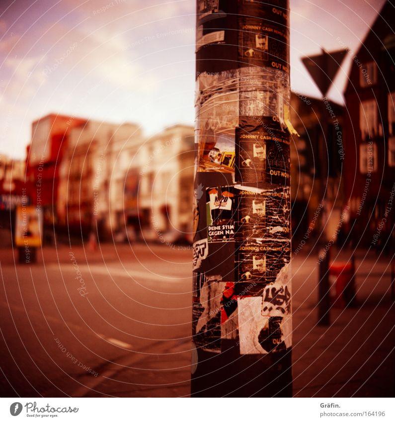 Mitteilungssäule Stadt Haus Straße St. Pauli Lomografie dreckig Schilder & Markierungen Hamburg Schriftzeichen kaputt Holga Zettel kleben Sightseeing Laternenpfahl