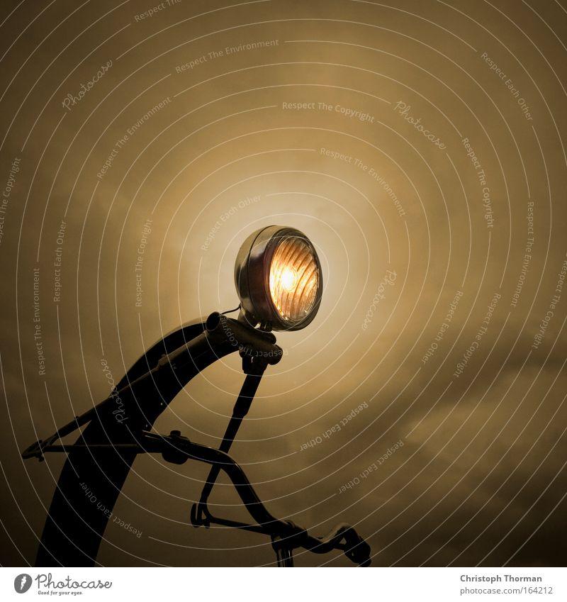 Weiter nach vorne Himmel Einsamkeit dunkel Bewegung Traurigkeit Metall Kunst Fahrrad leuchten Zukunft bedrohlich Technik & Technologie Unwetter Jagd Wut Stahl