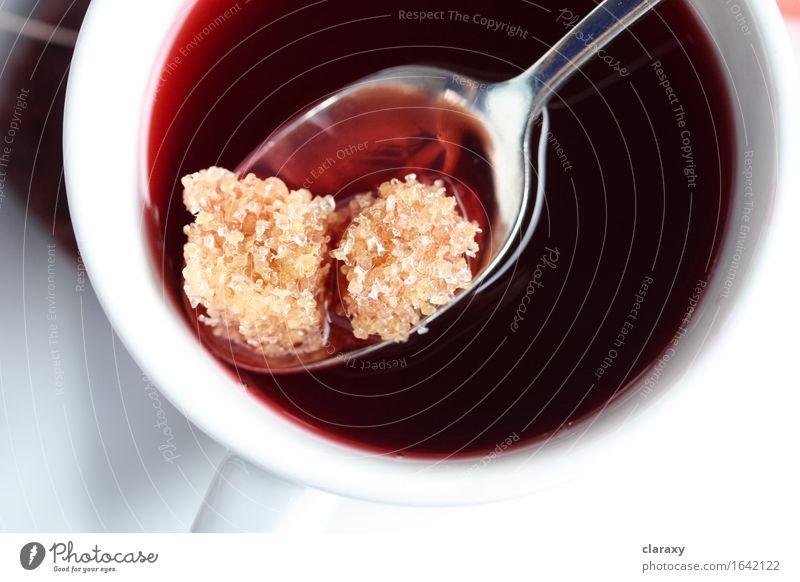 Brown-Zuckerwürfel im Früchtetee Frucht Getränk trinken Heißgetränk Tee Tasse Becher Löffel Flüssigkeit lecker süß Wärme braun gelb gold rot weiß Gelassenheit