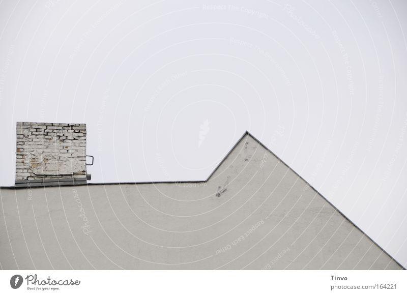 plain Haus Architektur Mauer Wand Dach Schornstein einzigartig gemauert einfach Spitze Himmel grau Fassade Ziegelsteine eckig Statistik Kontur