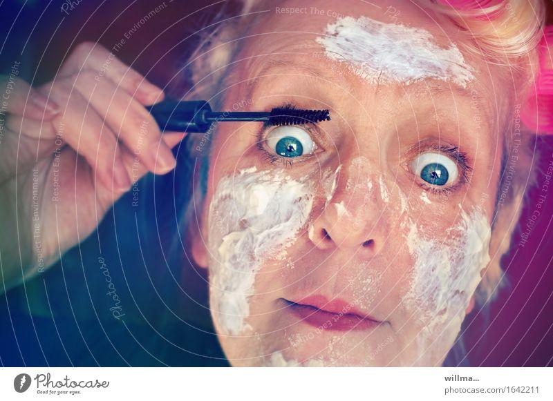 Frau mit Lockenwicklern und Quarkmaske schminkt sich schön Gesicht Kosmetik Creme Wimperntusche Mensch feminin Erwachsene Hand blond lustig verrückt Schminken