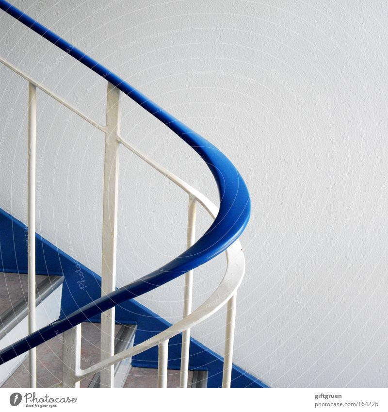 schwungvoll weiß blau Haus oben Bewegung Linie hell Wohnung gehen elegant hoch Treppe Ordnung ästhetisch Sauberkeit Häusliches Leben