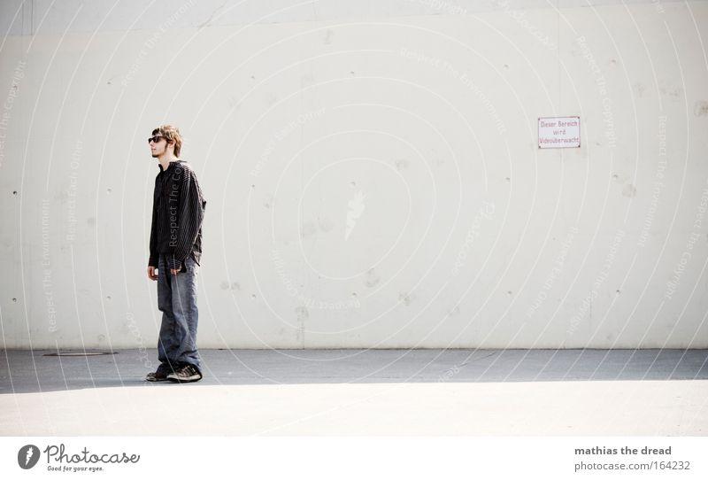 VINCENZO DEL PIERO Farbfoto Außenaufnahme Textfreiraum rechts Hintergrund neutral Tag Schatten Kontrast Schwache Tiefenschärfe Zentralperspektive