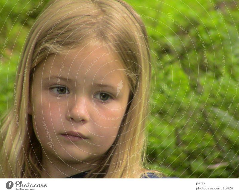 Ich bin so ernst Kind Natur Mädchen Denken blond langhaarig skeptisch