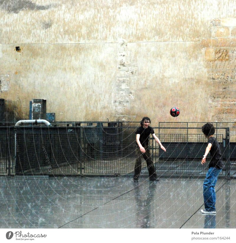 Fransösische Nachwüchsarbeit Spielen Sport Sportler Fußball Fußballplatz maskulin Junge Freundschaft Kindheit Jugendliche 2 Mensch 8-13 Jahre Regen Gewitter