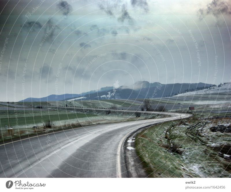 Südkurve Umwelt Natur Landschaft Himmel Wolken Horizont Klima schlechtes Wetter Karpaten Osteuropa Rumänien Verkehr Verkehrswege Straße Kurve kalt nass achtsam