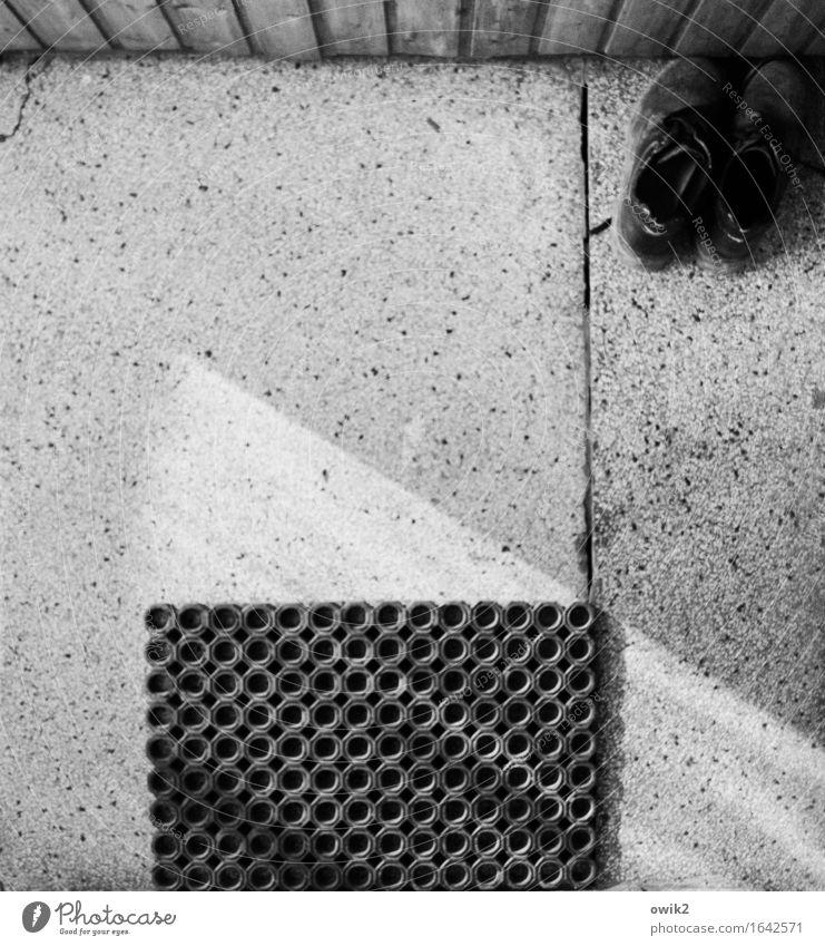 Abgetreten alt ruhig Stein Ecke Pause Kunststoff unten Leder Feierabend Lichtspiel Lichtschein Gummi Lichteinfall Fußmatte Steinboden Arbeitsschuhe