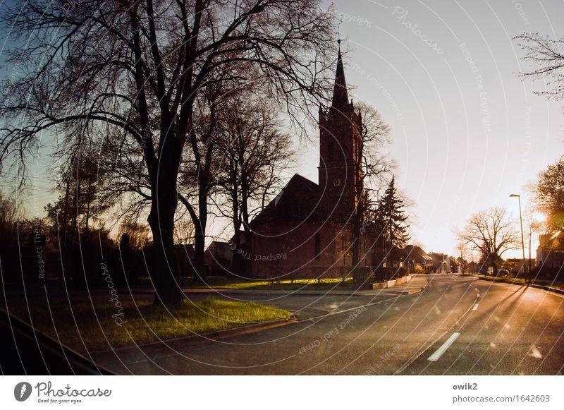 Straßenbeleuchtung Baum ruhig Haus Wärme Deutschland Horizont Verkehr Idylle Kirche Klima Schönes Wetter Dorf Wolkenloser Himmel Feierabend friedlich